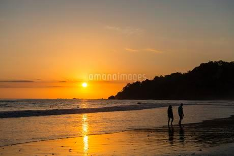 Man and woman strolling on the beach, sunset, Playaの写真素材 [FYI02707266]