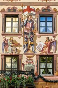 Facade of Gasthof zum Rassen with mural painting of Staintの写真素材 [FYI02707267]