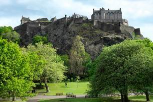 View to Edinburgh Castle, Princes Street Gardensの写真素材 [FYI02707275]