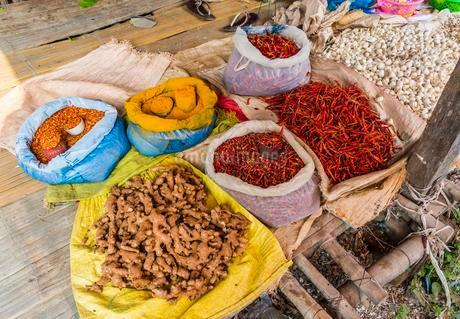 Market stand with spices, ginger, chili, and turmericの写真素材 [FYI02707278]