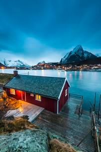 Red house in winter with a view of the fjord, the fishingの写真素材 [FYI02707286]