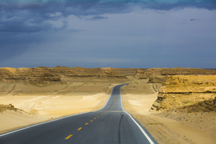 Road to Yardang, Xinjiang,Chinaの写真素材 [FYI02707293]
