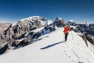 Climber on the Trafoierjoch on Stelvio Pass, behind theの写真素材 [FYI02707296]