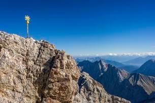 Gilded summit cross, Zugspitze, Mieminger Mountains inの写真素材 [FYI02707301]