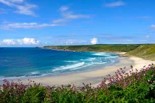 Wide sandy beach with waves, Sennen Cove, Sennen, Cornwallの写真素材 [FYI02707307]