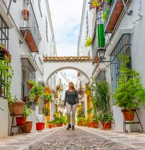 Tourist in an alley decorated with flowers and plants withの写真素材 [FYI02707315]