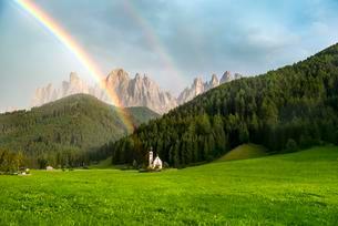 Rainbow in front of the church St. Johann in Ranui, Sanの写真素材 [FYI02707316]