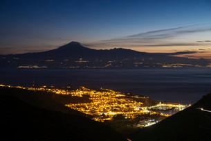 View of the town at night, San Sebastian de la Gomera, atの写真素材 [FYI02707330]