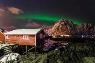 Northern lights or aurora borealis over Rorbuer fishingの写真素材 [FYI02707339]