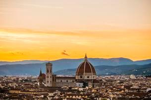 View of city at sunset from Michelangelo Square, Piazzaleの写真素材 [FYI02707345]