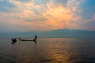 Local Intha fisherman rowing boats with one leg, uniqueの写真素材 [FYI02707370]