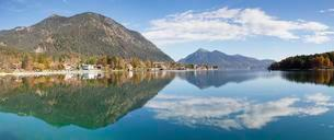 Walchensee village, view of Jochberg, Upper Bavariaの写真素材 [FYI02707380]