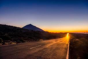 Light trails from car on mountain road, highway, sunsetの写真素材 [FYI02707384]