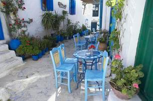 Streetside cafe with tables and chairs, Amorgos, Amorgosの写真素材 [FYI02707386]
