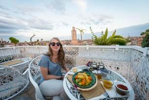Young woman on a roof terrace in the restaurant, Moroccanの写真素材 [FYI02707390]