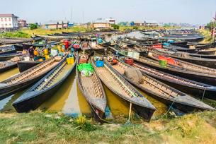 Many wooden boats at dock in the harbor, Nampan, Inle Lakeの写真素材 [FYI02707427]