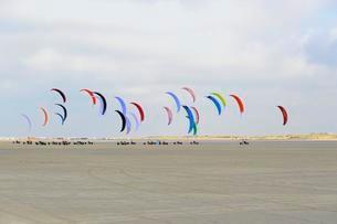 Kite buggies on sandy beach, Sankt Peter-Ordingの写真素材 [FYI02707452]