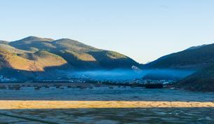 Sunlight shadow upon the Ganden Sumtseling Monastery; Sungtseling; Guihuasi; Tibetan Buddhist; Yunnaの写真素材 [FYI02707464]