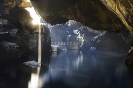 Shining light into Grjotagja,Icelandの写真素材 [FYI02707533]