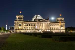 Reichstag at night, Government District, Berlin, Germanyの写真素材 [FYI02707594]