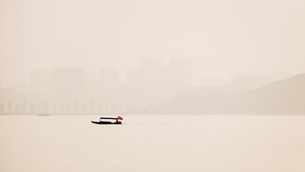 Lonely Ship on the East Lake,Wuhan,Hubei,Chinaの写真素材 [FYI02707616]