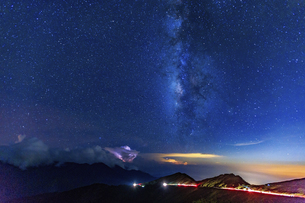 Hehuan Mountain with traffic light trail at the starry nightの写真素材 [FYI02707639]