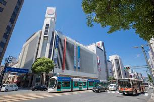 三越デパート付近より路面電車と広島市街の写真素材 [FYI02707742]