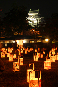 秋の風物詩「松江水燈路」と松江城天守ライトアップの写真素材 [FYI02707751]