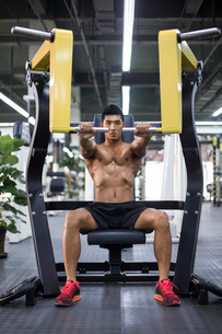 Young man exercising at gymの写真素材 [FYI02708278]