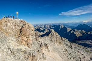 Tourists, summit cross on the Zugspitze, view to Tyrolの写真素材 [FYI02708379]
