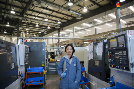 Portrait confident worker with clipboard in textile factoryの写真素材 [FYI02708561]