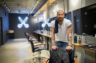 Portrait confident hipster hairstylist in hair salonの写真素材 [FYI02708569]