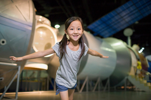Little Chinese girl in science and technology museumの写真素材 [FYI02708580]