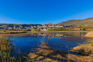 Overview of Ganden Sumtseling Monastery and the reflection of town and blue skyの写真素材 [FYI02708718]