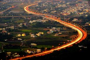 Traffic light trail of freeway. Aerial view from Shuangfeng Cihuitang; Tongluo; Miaoli; Taiwanの写真素材 [FYI02708725]
