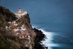 Lighthouse Farol da Ponta do Arnel with sea, Nordeste, Saoの写真素材 [FYI02708738]