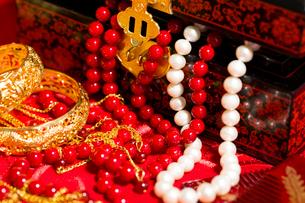 Traditional Chinese wedding elementsの写真素材 [FYI02708860]