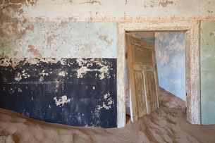 A view of a room in a derelict building full of sand.の写真素材 [FYI02708923]