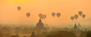 View of pagodas with hot air balloons, temples, sunriseの写真素材 [FYI02708958]