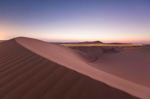 Sand dunes in desert, sunrise, Rub' al Khali or Emptyの写真素材 [FYI02708983]