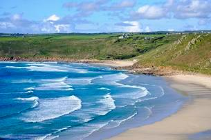 Wide sandy beach with waves, Sennen Cove, Sennen, Cornwallの写真素材 [FYI02708986]