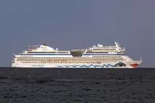 AIDA cruise ship sailing along the coast of Fuerteventuraの写真素材 [FYI02708993]