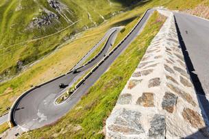 Mountain pass Stelvio or Passo dello Stelvio road, Valの写真素材 [FYI02709016]