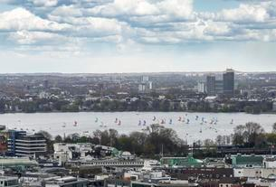 Sailboats, Outer Alster Lake, view from The Michelの写真素材 [FYI02709092]