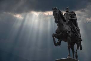 Skanderberg Equestrian statue with cloudy sky, Tiranaの写真素材 [FYI02709117]