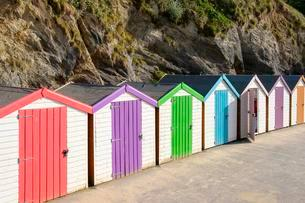 Colourful beach huts, Newquay, Cornwall, England, Greatの写真素材 [FYI02709156]