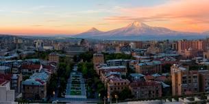 Mount Ararat and Yerevan at sunrise, Yerevan, Armenia, Asiaの写真素材 [FYI02709161]