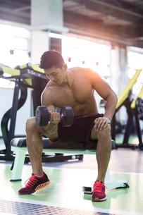 Young man exercising at gymの写真素材 [FYI02709238]
