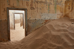 A view of a room in a derelict building full of sand.の写真素材 [FYI02709240]