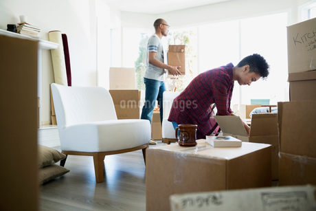 Couple unpacking belongings from moving boxesの写真素材 [FYI02709247]
